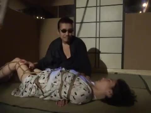 和服姿のM女性が縄師に丁寧に縛られていき、吊るされると共に大きく喘ぐまでの動画