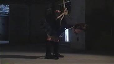 下校中に監禁された女子校生、変態達に吊し上上げられバイブを突っ込まれる。ボールギャグから涎を垂らしむき出しのお尻を好き放題に弄られ呻き声を出す。